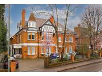 2 bedroom flat to rent in Hampton Court, KT8