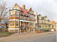 2 bedroom flat to rent in Wolsey Gardens, Felixstowe IP11